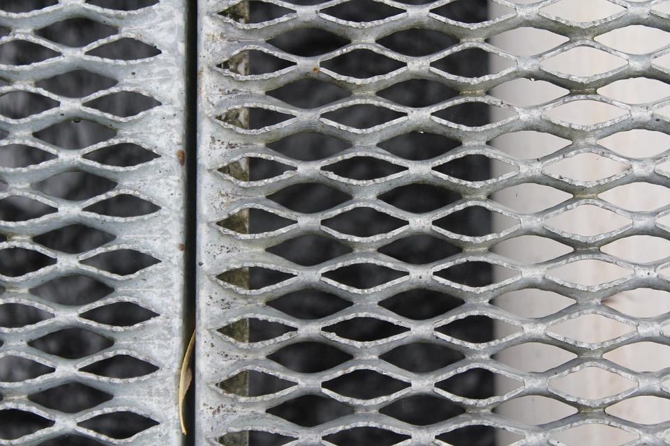 Уход за металлическим забором